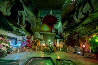 Although the Naien Bazaar has been almost completely abandoned for several years, there is still a very important mausoleum dedicated to Imam Hussein