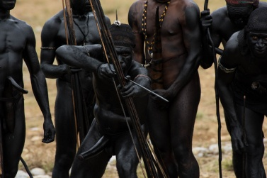 The war among the peoples of the Baliem Valley is a ritual war made up of songs, violent screams, well-defined bodily movements, unwritten rules and codes of honor that have always been respected.