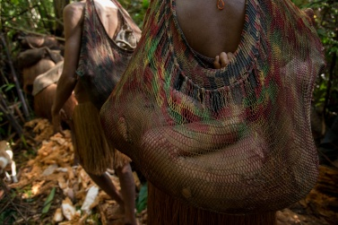 The women always carry children with them. They use the same bag with which they load the products collected in the jungle
