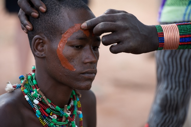 Before the ceremony begins, the friends of the boy who will have to face the test, they paint the body. The art of body painting is very common among the populations living in this area, and is used for ceremonies or even before going to battle